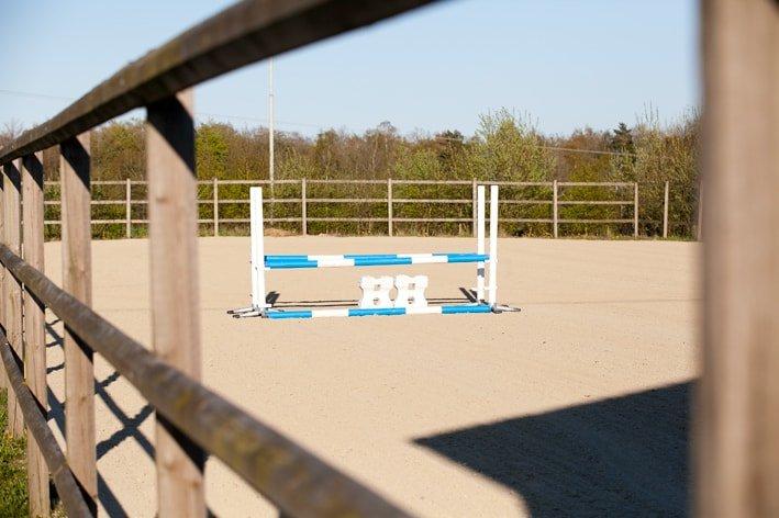 Ridbana med rejält staket och hindermaterial